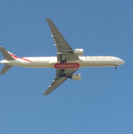 pe cer albastru fara de nori se intoarce un avion din Emirate