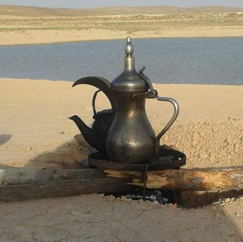 La un ceai pe nisip cu privirea spre apă